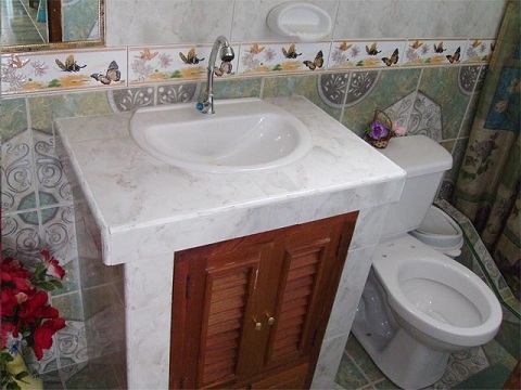 'Bathroom 1' is what you can see in this casa particular picture. Casas particulares are an alternative to hotels in Cuba. Check our website cuba-particular.com often for new casas.
